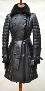 двубортный комбинированный тренч с отделкой меринилло. воротник, на груди и частично на рукавах плащ отделан мехом ягненка. цвет черный